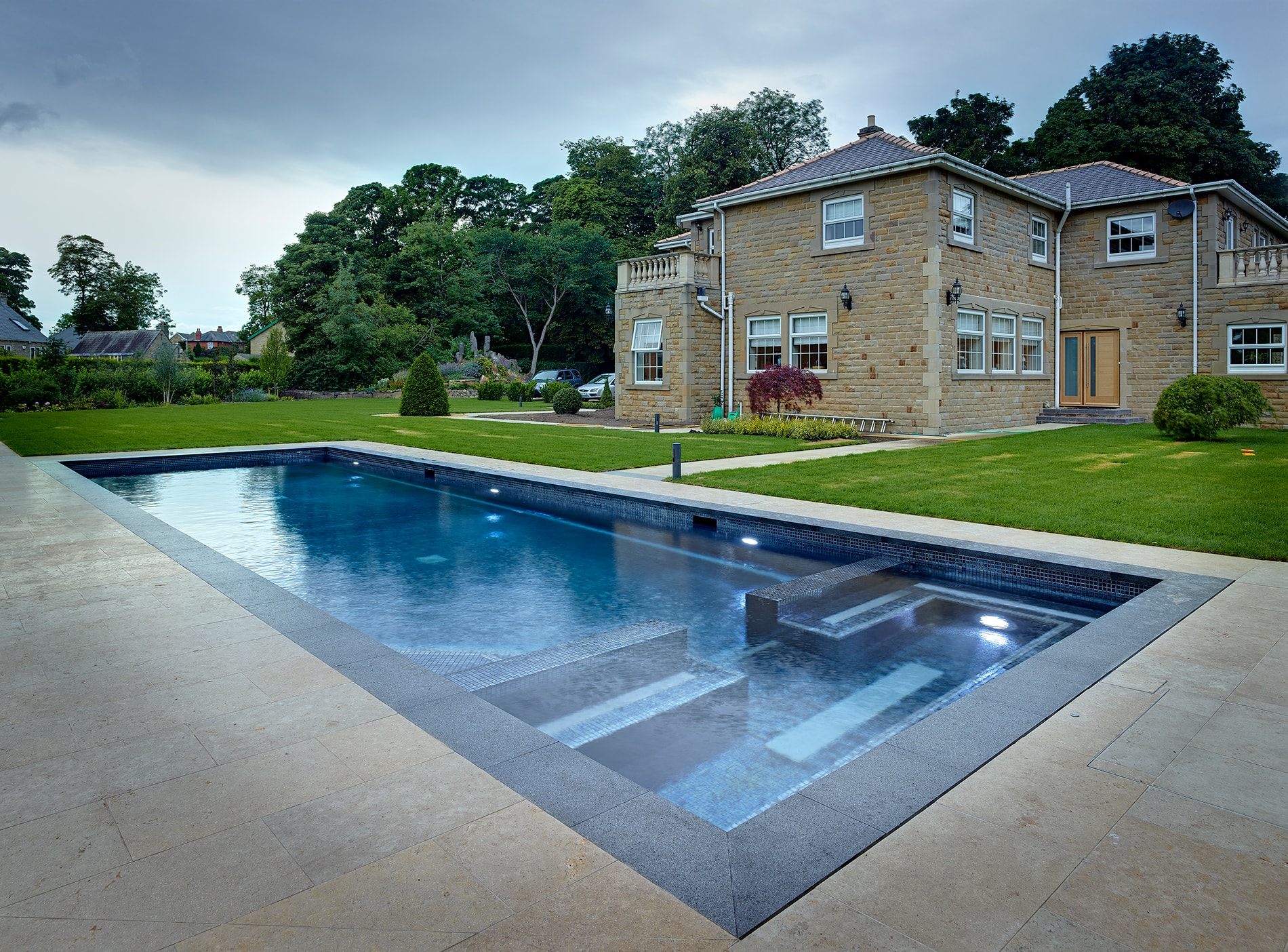 Piscina en villa privada de batley uk ezarri for Constructores de piscinas