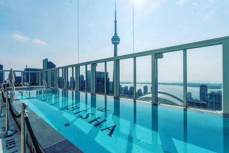 Una piscina de Ezarri en el cielo de Toronto, a 500 metros de la torre más alta de América