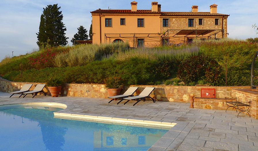 Piscina de mosaico entre los olivos de la Toscana - Ezarri