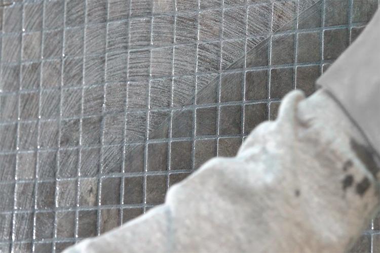 Comment nettoyer des résidus de joints ciment sur la mosaïque Ezarri?