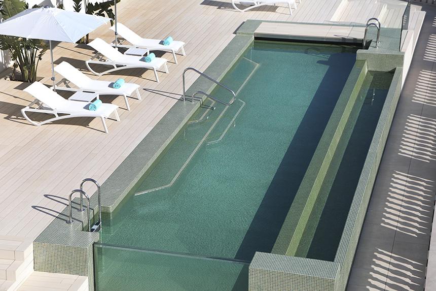 Grésite pour piscines d'Ezarri sous le ciel de Barcelone