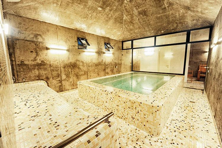 Ezarri reviste unos baños termales de azufre en la Ruta de la Seda