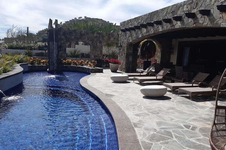 Ezarri voyage en Basse-Californie avec sa pâte de verre pour piscines