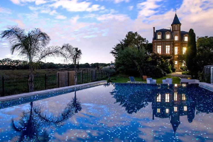 Gold award for an Ezarri pool with phosphorescent glass mosaic tiles
