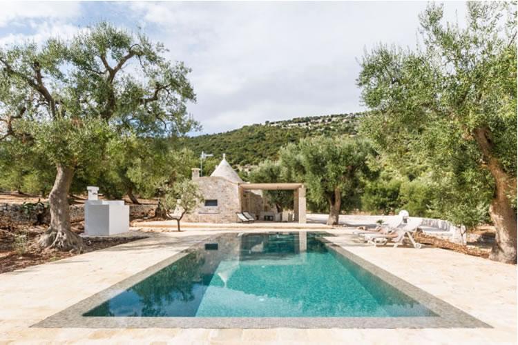 Ezarri dips into a swimming pool with Italian tradition