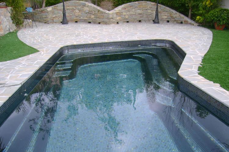 Rénovez votre piscine coque polyester avec la mosaïque Ezarri